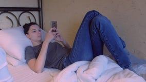 妇女浏览mobole电话的互联网 股票录像