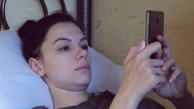 妇女浏览mobole电话的,面孔特写镜头互联网 股票录像
