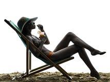 妇女海晒日光浴的假日海滩喝 免版税库存图片