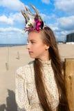妇女海滩花鹿角加冠,德帕内,比利时 免版税库存照片