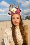 妇女海滩花鹿角加冠,德帕内,比利时 免版税库存图片