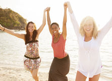 妇女海滩夏天阳光旅行概念 免版税图库摄影