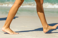 妇女海滩步行 库存照片