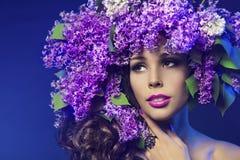 妇女淡紫色花,时装模特儿秀丽构成画象 免版税库存照片