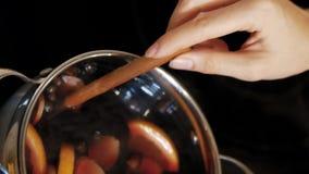 妇女混合在大角度的罐的加香料的热葡萄酒 影视素材