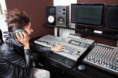 妇女混合的音频在录音室 免版税图库摄影