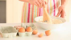 妇女混合的鸡蛋用面粉 影视素材