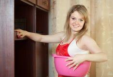 妇女清洗家具 免版税库存图片