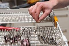 妇女清洗洗碗机 免版税库存照片