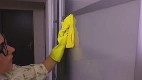 妇女清洗玻璃门 影视素材
