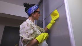 妇女清洗立柜的玻璃门 股票视频