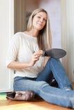 妇女清洗鞋类 免版税图库摄影