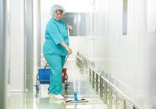 妇女清洁医院大厅 免版税库存照片
