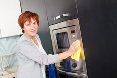 妇女清洁厨房 免版税库存图片