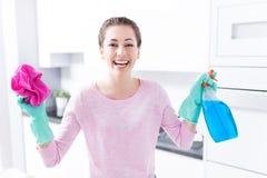 妇女清洁厨房 免版税库存照片