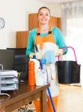 妇女清洁在办公室 免版税库存照片