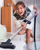 妇女清洁在客厅 图库摄影