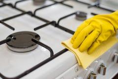 妇女清洁在家 免版税库存照片