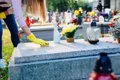 妇女清洗坟墓与海绵 免版税库存图片