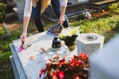 妇女清洗坟墓 库存图片
