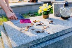 妇女清洗坟墓 图库摄影
