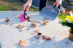 妇女清洗坟墓 免版税图库摄影