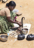 妇女清洗并且切开鱼 免版税库存照片