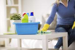 妇女清洗桌 免版税库存照片