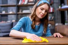 妇女清洁桌 库存图片