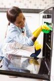 妇女清洁烤箱 图库摄影