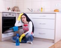 妇女清洁烤箱 免版税库存照片