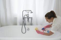 妇女清洁浴缸 图库摄影