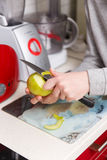 妇女清洗苹果与刀子 免版税库存照片
