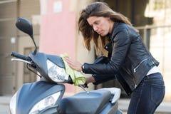 妇女清洁滑行车 免版税库存图片