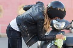 妇女清洁滑行车 免版税库存照片