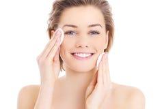 妇女清洁面孔 免版税图库摄影