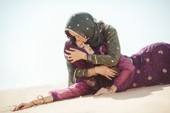 妇女渴在沙漠 在旅行期间的不可预见情况 免版税库存图片