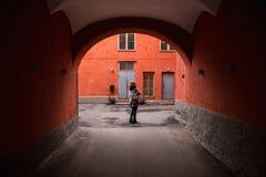 妇女游人在欧洲城市 免版税库存图片