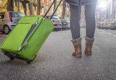 妇女游人移动在欧洲城市街道上  免版税库存图片