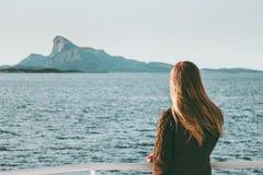 妇女游客旅行乘海轮渡在挪威风景旅行生活方式概念冒险周末假期 库存照片