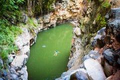 妇女游泳湖峡谷 免版税库存图片
