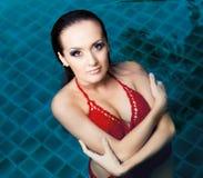 妇女游泳 免版税库存图片