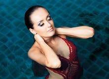 妇女游泳 免版税库存照片