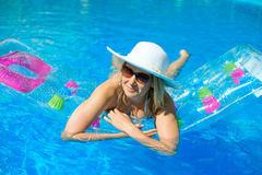 妇女游泳 免版税图库摄影