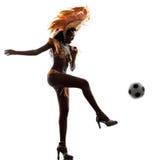 妇女演奏足球剪影的桑巴舞蹈家 库存照片