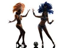 妇女演奏足球剪影的桑巴舞蹈家 免版税图库摄影