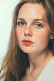 妇女演播室秀丽与长的头发的画象雀斑 免版税库存图片