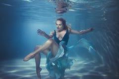 妇女潜水在水面下 免版税库存图片