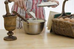 妇女烘烤 免版税库存照片