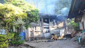 妇女烹调和采鸡的种族Hmong在室外在早晨 影视素材